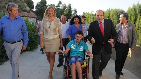 Álvaro al fin pudo atravesar ayer su nuevo camino, acompañado de familiares