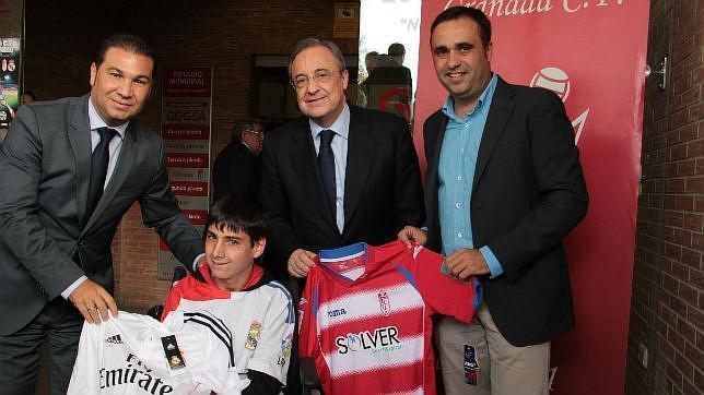 Álvaro ha recibido el saludo de Florentino Pérez y la camiseta del Granada